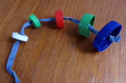 juguetes caseros para pericos con material reciclado